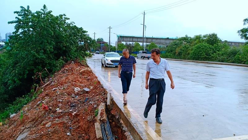 6月30日,副总经理刘国璋在工程部陪同下冒雨查看涟滨东街塌方处供水主管险情.jpg
